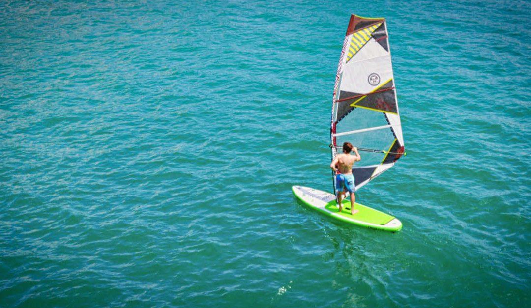 Windsurf SUP: So verbindest du Stand Up Paddling und Windsurfen